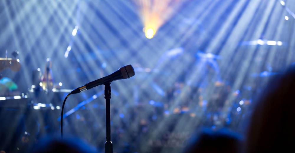 Картинки на сцене с микрофоном
